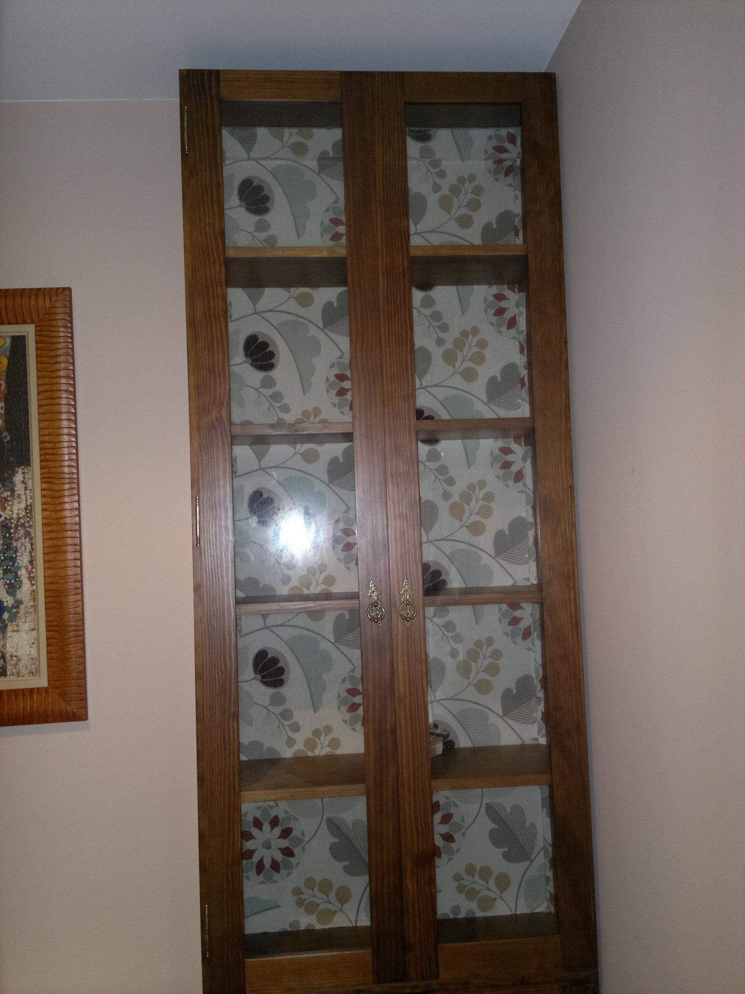 vitrina hasta el techo madera y cristal