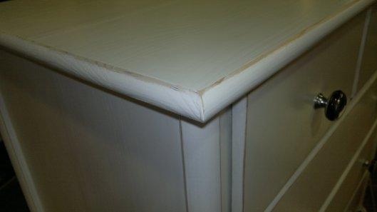 Detalle cómoda con bordes lijados