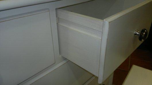 Detalle cajón cómoda blanca curva