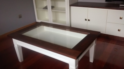Acabado combinando madera y blanco roto, muebles de salón