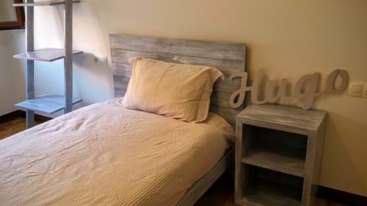 Habitación infantil , cama , mesilla, estantería y cómoda
